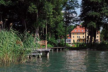 Blick auf das Seehotel Frankenhorst von der Wasserseite